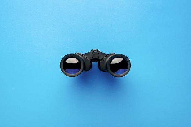 Fernglas auf hellblau