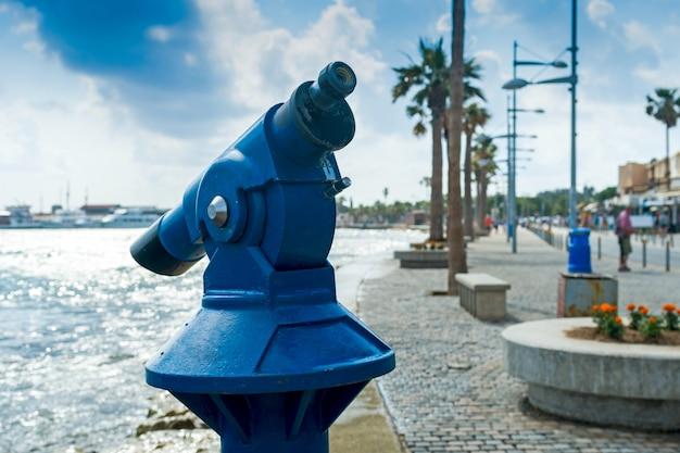 Fernglas für touristen am wasser, horizontaler rahmen