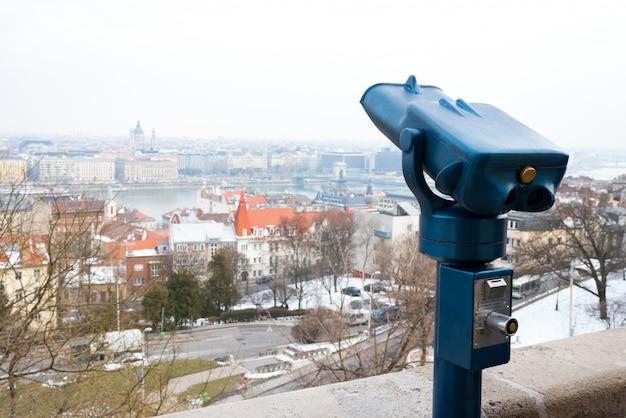 Fernglas für touristen, um die stadt zu erkunden