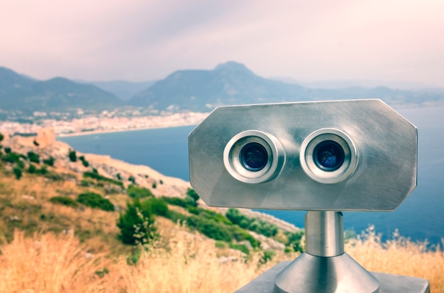 Fernglas mit blick auf die stadt alanya in der türkei