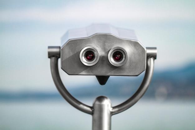 Fernglas-teleskop auf aussichtsplattform für touristen. münzbetriebenes elektronisches touristenfernglas