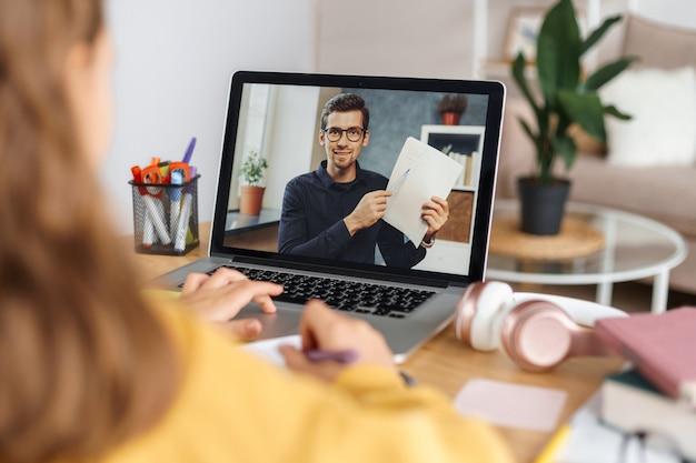 Fernlernen. männlicher lehrer, der online-mathematikunterricht mit schüler hat und aufgabe unter verwendung der webcam erklärt