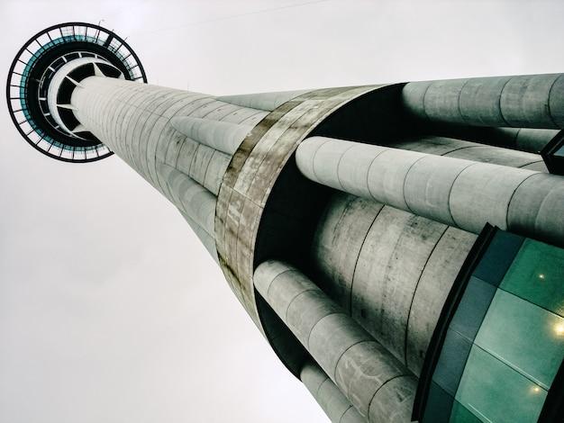 Fernmeldeturm aus stahlbeton, hochhaus und rundsockel