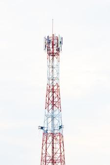 Fernmeldeturm. handy-signalturm auf himmelhintergrund