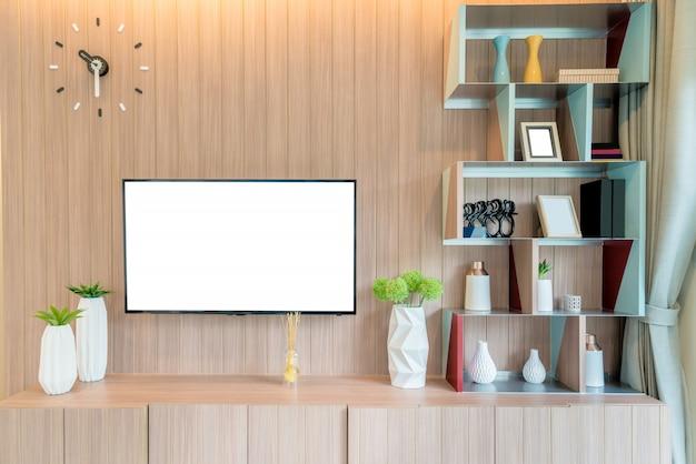 Fernsehapparat und regal im wohnzimmer zeitgenössischer stil. holzmöbel in braun mit dekorativen zu hause.