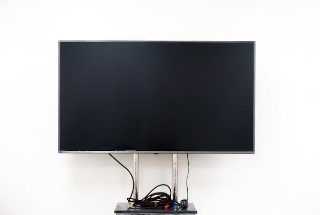 Fernsehbildschirm auf weißer wand