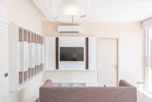 Fernsehen im wohnzimmer des hauses mit luftigem und hellem raum