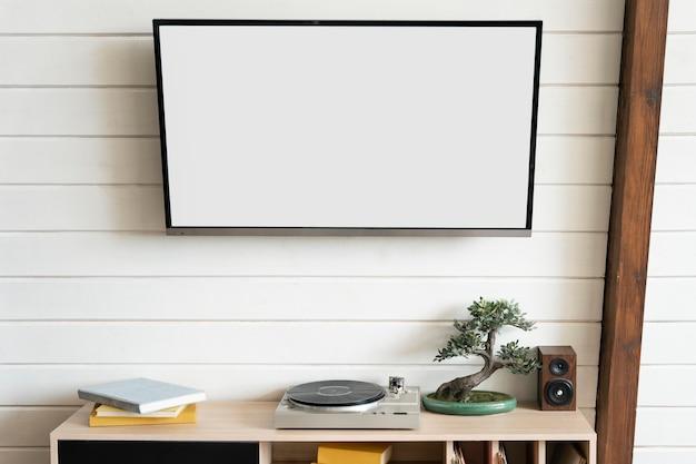 Fernseher drinnen an der wand gehängt