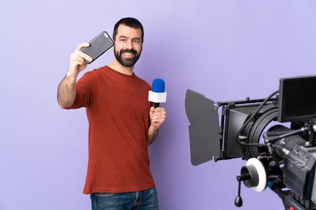 Fernsehjournalist oder reporter mit mikrofon und videokamera