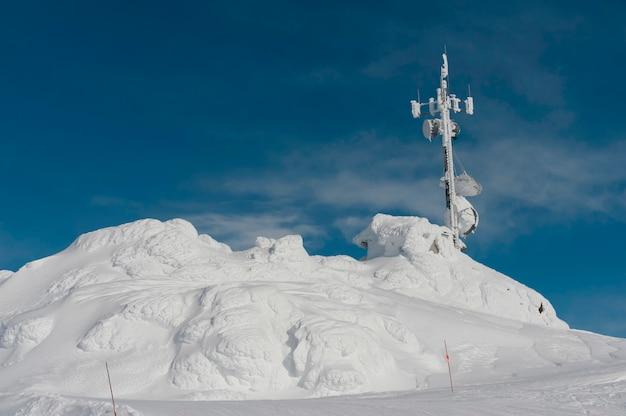 Fernsehturm auf einem schnee bedeckte berg, pfeifer, britisch-columbia, kanada