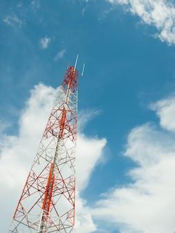 Fernsehturm mit blauem himmel.