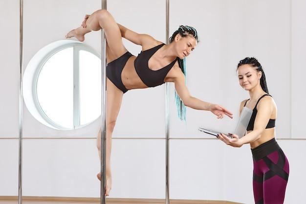 Fernunterricht der europäischen turnerin der pole-akrobatik wird online mit laptop trainiert
