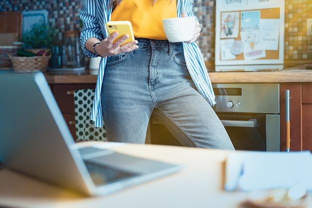 Fernunterricht online-bildung und arbeitsfrau mit einem videoanruf beschnittenes mädchen, das von zu hause aus arbeitet