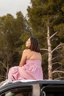 Fernweh naturkonzept mit schönen weiblichen reisenden