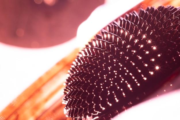 Ferromagnetisches metall der nahaufnahme mit lichtern