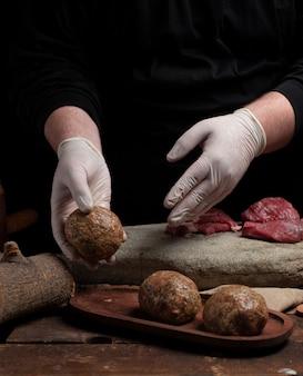 Fertige fleischbällchen in ein holztablett legen
