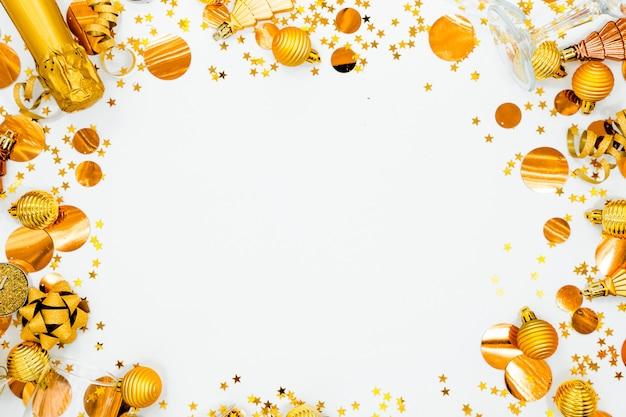 Fesstive-weihnachtshintergrund feiertagskonzept oberstes horizontales ansicht copyspace. champagner, spielzeug und gläser.