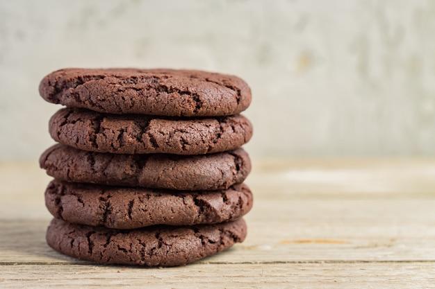 Fest von schokoladen-brownie-keksen auf holzoberfläche. hausgemachtes gebäck