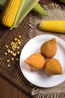 Festa junina und brasilianischer coxinha mit hühneraugen auf rustikalem hintergrund