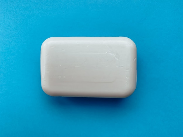 Feste seife für die hände auf blauem grund. hygiene und pflege.
