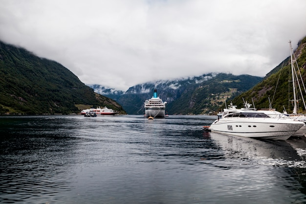 Festgemachte boote und kreuzfahrt festgemacht auf idyllischem see