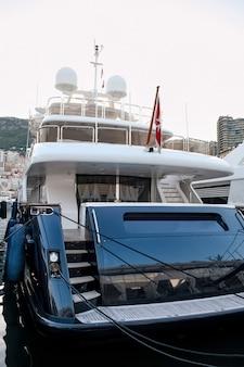 Festgemachte yacht in monaco