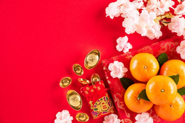 Festivaldekorationen des chinesischen neujahrsfests auf einem rot