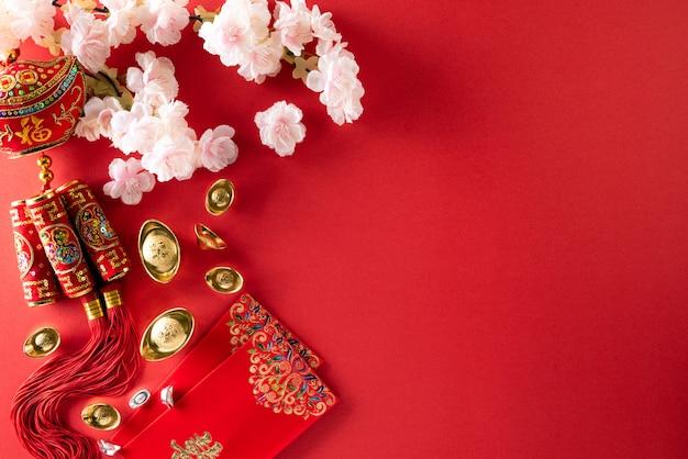 Festivaldekorationen des chinesischen neujahrsfests auf einem rot.