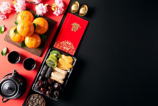 Festivaldekorationen des chinesischen neujahrsfests auf einem schwarzen hintergrund.