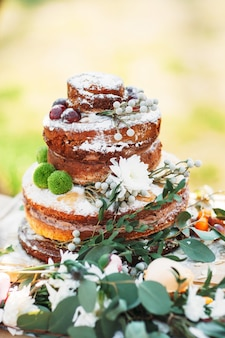 Festlich dekorierter hochzeitsgebäckkuchen mit frischen blumen