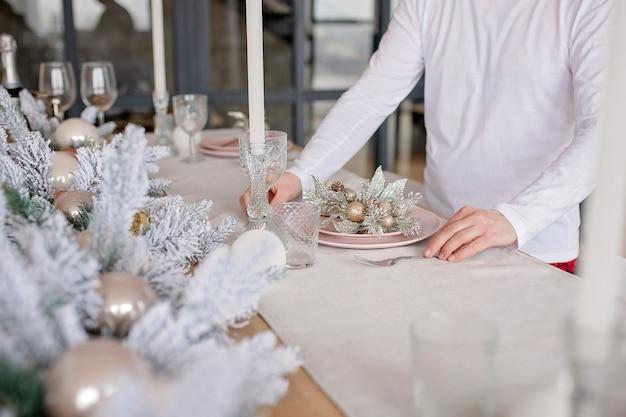 Festlich dekoriertes weihnachtsessen in der küche