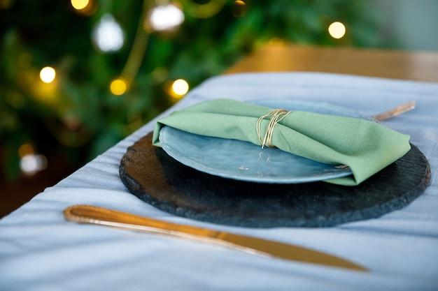 Festlich gedeckte serviette auf teller