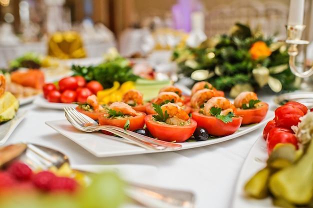 Festlich gedeckter tisch, familienessen im restaurant
