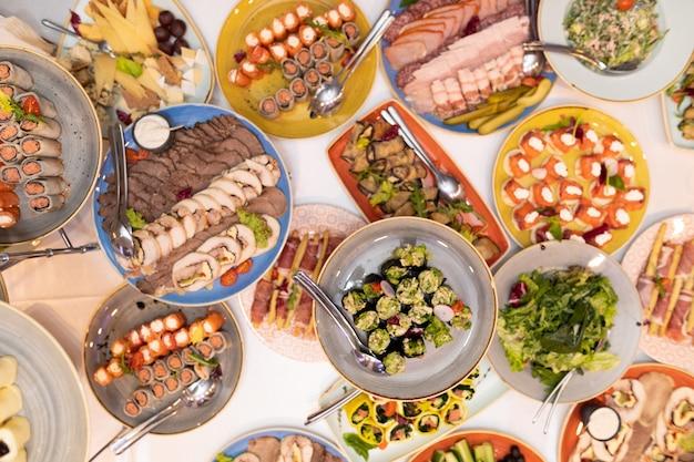 Festlich gedeckter tisch mit hellen snacks