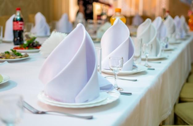 Festlich gedeckter tisch wartet auf die gäste zur feier.