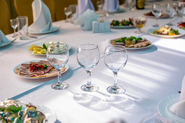 Festlich gedeckter tisch wartet auf die gäste zur feier