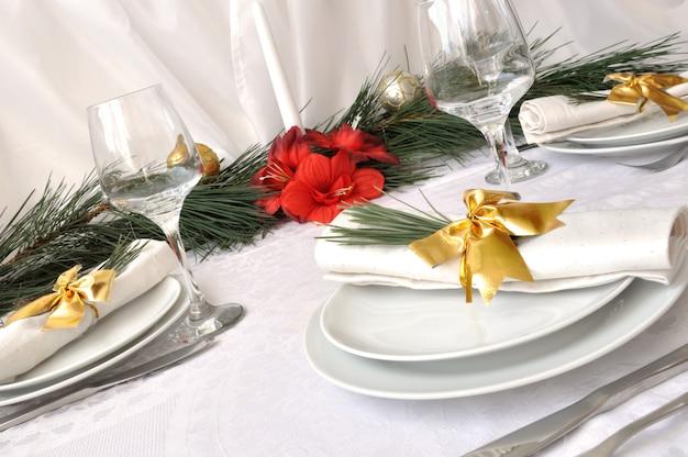 Festlich geschmückte weihnachten (neujahr) einen tisch zum abendessen