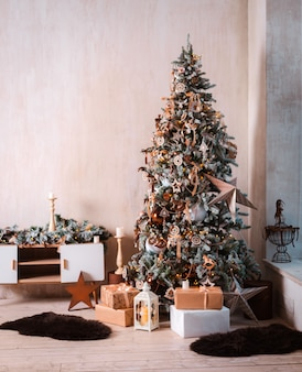 Festlich geschmückter weihnachtsbaum.