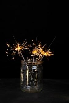 Festlich glänzende wunderkerzen im glas