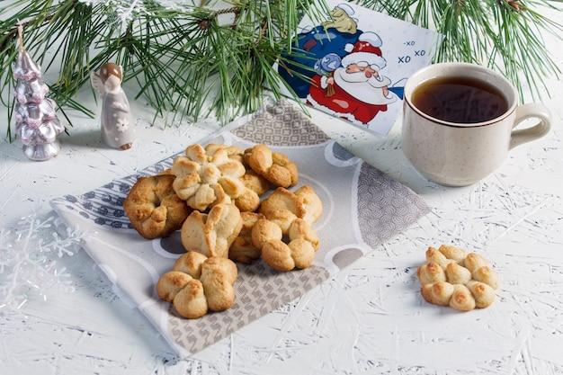 Festliche backwaren. weihnachtsgebäck und tee