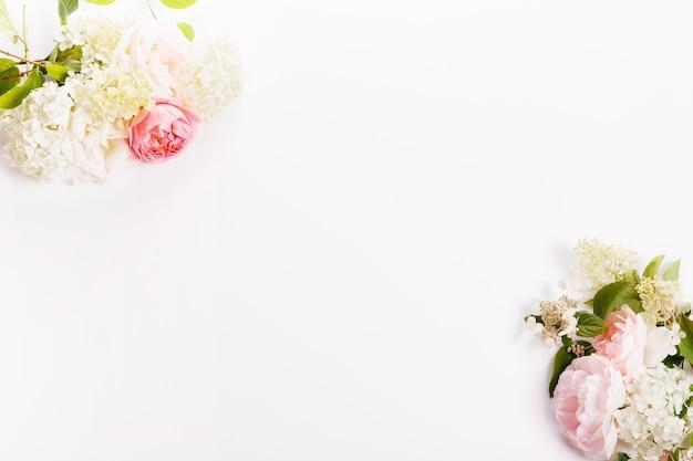 Festliche blumenrosa-rosenzusammensetzung, rahmen. draufsicht von oben, flach. platz kopieren. geburtstag, mutter, valentinstag, frauen, hochzeitstag-konzept.