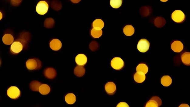 Festliche bokeh-lichter auf schwarzem hintergrund