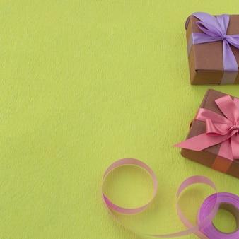 Festliche box mit satinband für die dekoration auf gelbem grund.