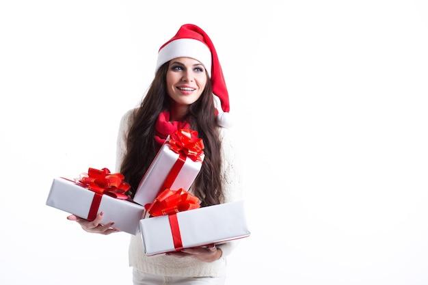 Festliche brünette, die stapel von geschenken hält