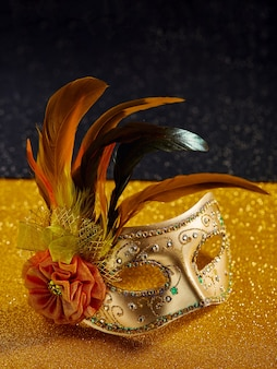 Festliche, bunte karneval- oder karnevalsmaske mit federn. venezianische masken. venezianisches karneval-feierkonzept.