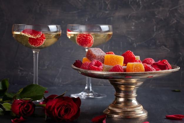 Festliche champagnergläser und süßigkeiten