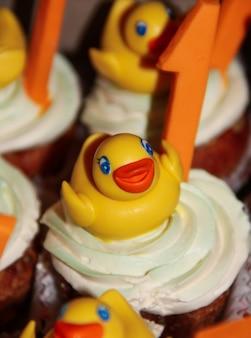 Festliche cupcakes mit mastix-enten-dekoration und nummer eins. festliche desserts.