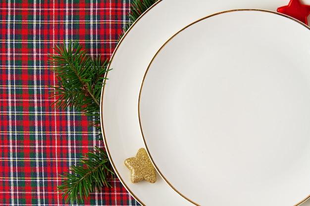 Festliche dekoration der weihnachtstafel für die party