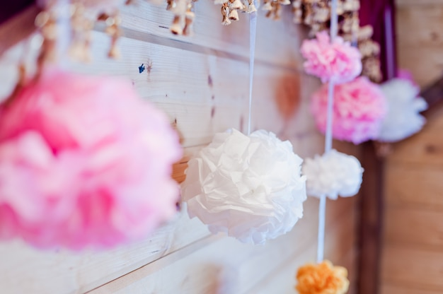 Festliche dekoration von rosa und weißen pompons aus papier