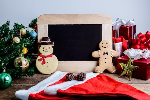 Festliche dekoration, weihnachtsplätzchen, neues jahr in form des schneemanns, lebkuchenmann an werben